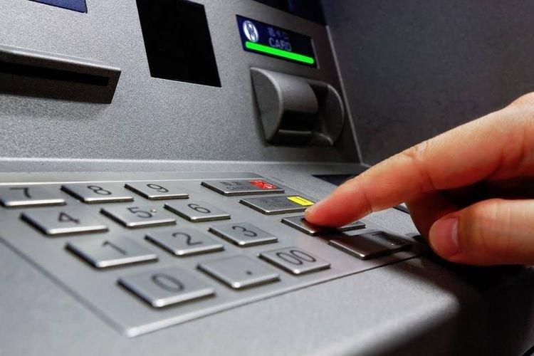 как вытащить карту из банкомата